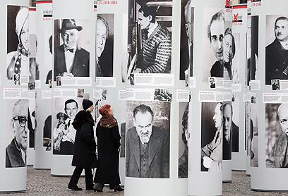 מבקרים בתערוכה המתעדת יהודים ומתנגדי שלטון בברלין שנרצחו (צילום: Gettyimages) (צילום: Gettyimages)