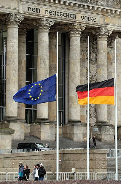 מחוץ לרייכסטאג - דגלי גרמניה והאיחוד האירופי בחצי התורן לציון היום (צילום: AFP) (צילום: AFP)
