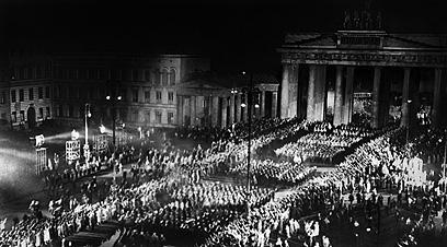 היטלר ואנשי מפלגתו צועדים בשער ברנדנבורג ב-30 בינואר, 1933, לאחר מינויו לקנצלר (צילום: AFP) (צילום: AFP)
