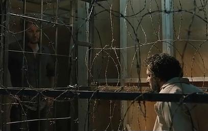 יואב לוי וג'ייסון קלארק משני צדי הסורגים (צילום: מתוך הסרט) (צילום: מתוך הסרט)