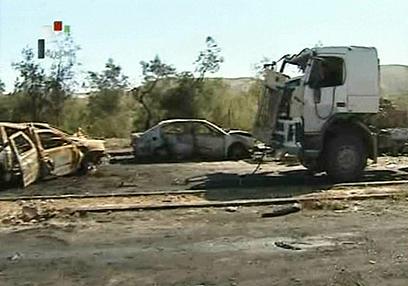 רואים גם מכוניות פרטיות שנפגעו ומשאיות של צבא סוריה (צילום: AFP, SYRIAN TV)
