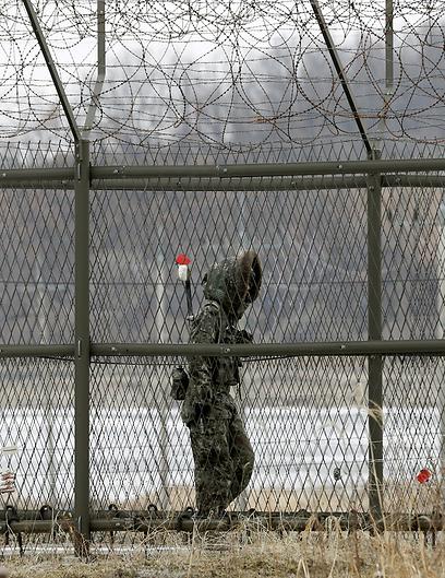 הצפון התגרה, הדרום שמר על איפוק וספג ביקורת. חייל דרום קוריאני באזור הגבול (צילום: AP) (צילום: AP)