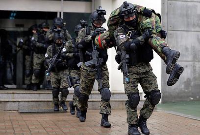 חיילים דרום קוריאנים בתרגיל ביום אויב בסיאול (צילום: AP) (צילום: AP)