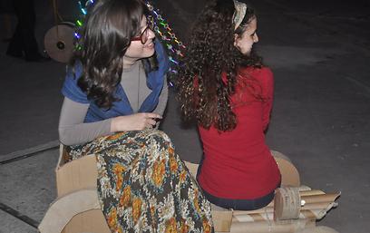 כמו האנשים בקטלוג של איקאה. דבורה פוקס ואסתי דבלינגר זינגר (צילום: עמוס פרידלין) (צילום: עמוס פרידלין)