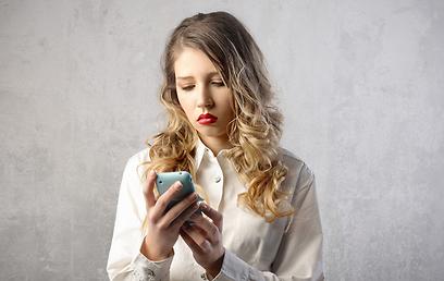 היא מחכה לשיחה, תתקשר אליה (צילום: shutterstock) (צילום: shutterstock)