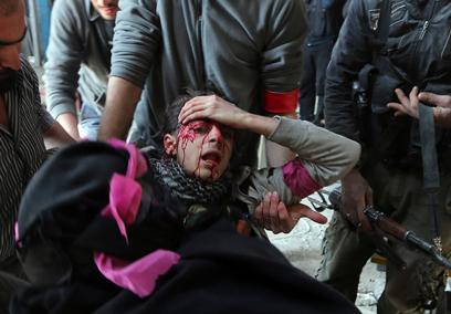מורד נפגע מירי בפרבר של דמשק (צילום: רויטרס)
