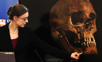 החוקרת ג'ו אפלבי מסבירה על הגולגולת שנמצאה (צילום: AP) (צילום: AP)