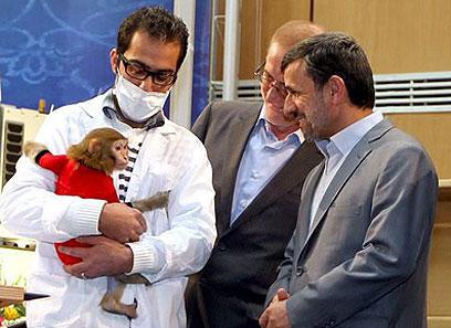 """עם הקוף האיראני ששוגר לחלל. ד""""ר אחמדינג'אד הבטיח לשוב לאקדמיה (צילום: EPA) (צילום: EPA)"""