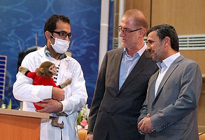 עם הקוף ששיגרה איראן לחלל. סיבוב לגיוס תמיכה גם בעיראק? (צילום: IRANIAN PRESIDENCY WEBSITE ,AFP) (צילום: IRANIAN PRESIDENCY WEBSITE ,AFP)