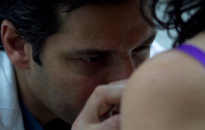 בדיקה של העור לאבחון נגעים ממאירים וטרום ממאירים (צילום: אמיר לוי) (צילום: אמיר לוי)