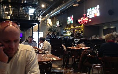 """וידא עם שתי מלצריות ומנהל המשמרת. בויס בסעודה ב""""קולוני"""" (צילום: מורן בויס) (צילום: מורן בויס)"""