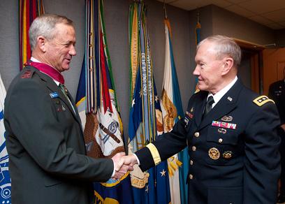"""דמפסי מעניק לגנץ את העיטור בפנטגון (צילום: דובר צה""""ל) (צילום: דובר צה"""