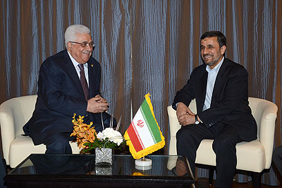 Abbas (L) and Ahmadinejad meet in Cairo (Photo: Gettyimages)