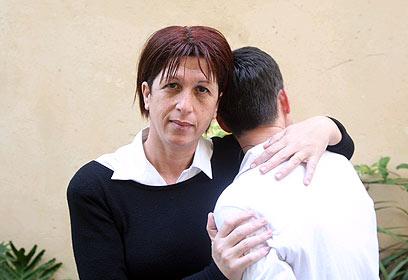 """עו""""ד אלוני סדובניק והמתלוננת (צילום: מוטי קמחי) (צילום: מוטי קמחי)"""