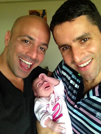 אלון, אמיר ושירה. משפחה חדשה ומאושרת ()