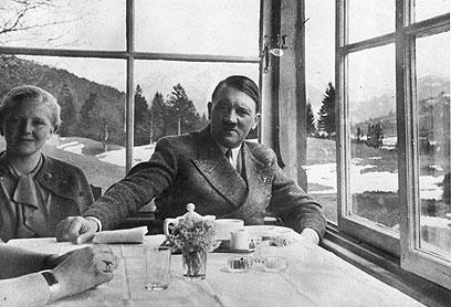 היטלר ב-1938. סידורי האבטחה הצילו אותו (צילום: Gettyimages) (צילום: Gettyimages)