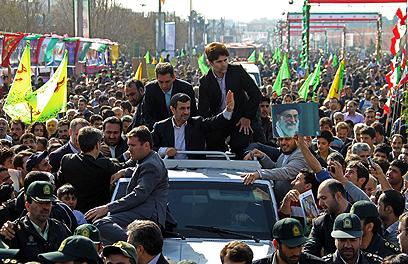 העניים והכפריים זוכרים לו חסד. אחמדינג'אד בסיור באיראן (צילום: AFP) (צילום: AFP)