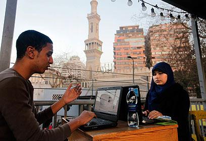 """מצרים גולשים באינטרנט בקהיר. הרשויות חסמו את """"יוטיוב"""" למשך חודש (צילום: AP) (צילום: AP)"""