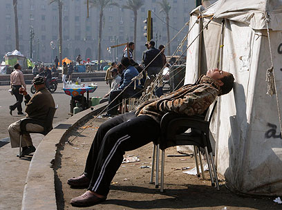 מפגין תופס תנומה בכיכר תחריר (צילום: AP) (צילום: AP)