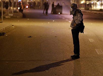 מפגין מול ארמון הנשיאות עוטה מסכה נגד הגז המדמיע (צילום: רויטרס) (צילום: רויטרס)