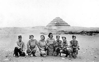 אימון צנחנים במצרים. שנייה משמאל: חביבה רייק (צילום: באדיבות ארכיון מורשת)