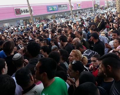 רבים צבאו על החנות (צילום: מוריה סער) (צילום: מוריה סער)