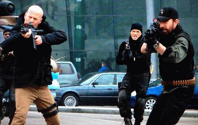 """ברוס וויליס וצ'אק נוריס ב""""בלתי נשכחים 2"""". מי פוגע למטרה? ()"""