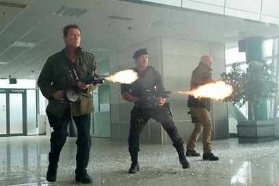 """ברוס וויליס, סילבסטר סטאלון וארנולד שוורצנגר ב""""בלתי נשכחים 2"""". למי יש הכי גדול? ()"""