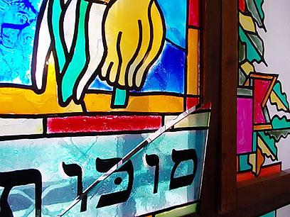 """חלונות בית הכנסת נופצו (באדיבות: אתר חב""""ד COL) (באדיבות: אתר חב"""