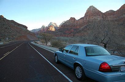 הדרך עוברת בין קירות חומים-אדומים ונטיפי קרח לבנים. פארק ציון   (צילום: ליאור קורן) (צילום: ליאור קורן)