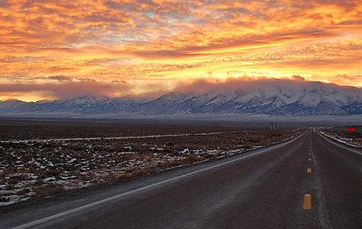 העננים בוערים באדום וכתום מעל פסגות לבנות. שקיעה על הדרך (צילום: ליאור קורן) (צילום: ליאור קורן)