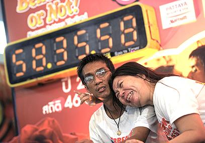 השעון לא משקר. 58 שעות של הצמדת שפתיים (צילום: AFP) (צילום: AFP)