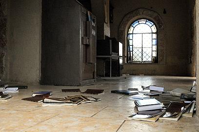 החשודים פיזרו את הספרים  (צילום: אביהו שפירא) (צילום: אביהו שפירא)
