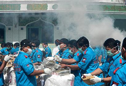 שוטרי משטרת אינדונזיה משמידים טונות של סמים שהוחרמו (צילום: AFP) (צילום: AFP)