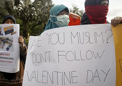 הפגנת מוסלמים בג'קרטה נגד יום האהבה (צילום: AP) (צילום: AP)