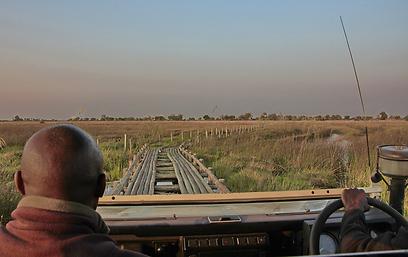 סימון חוצה איתנו גשר צר מאד  (צילום: מולה יפה) (צילום: מולה יפה)