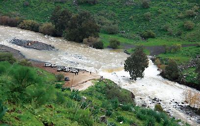 מטיילים צופים בזרימת מים ששטפה את גשר הדודות מעל לירדן ההררי (צילום: אודי רן, טבע הדברים) (צילום: אודי רן, טבע הדברים)
