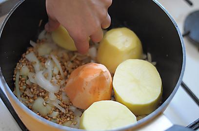 הוסיפו גם תפוחי אדמה ובטטות לחמין (צילום: גל אשכנזי) (צילום: גל אשכנזי)