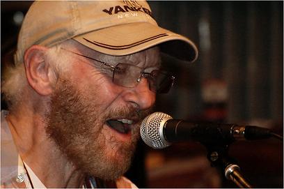"""טוני שרידן, שר את """"בוני"""" עם הביטלס  (צילום: Onemore) (צילום: Onemore)"""