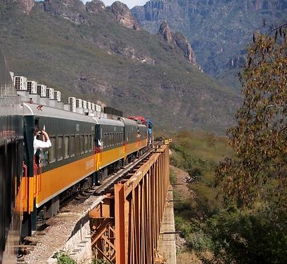 עוברת 36 גשרים, 87 מנהרות ונוף חף מתיירים. רכבת אל צ'פה (צילום: shutterstock) (צילום: shutterstock)