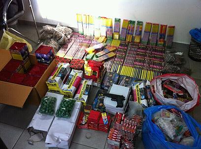 מאגר הנפצים שנמצא בנעלין. המוכרים ברחו (צילום: משטרת מחוז שי)