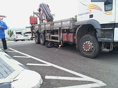 """נלכד תחת המשאית (צילום: משה ממן, סוכנות הידיעות """"חדשות 24"""") (צילום: משה ממן, סוכנות הידיעות"""