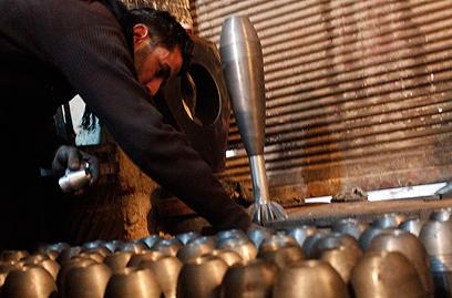 מפעל קטן לפלדה בחלב שהמורדים הסבו למפעל פצצות מרגמה (צילום: רויטרס)