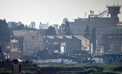 הצבא השתמש בנמל התעופה להעביר אספקה ותגבורת לעיר (צילום: רויטרס)