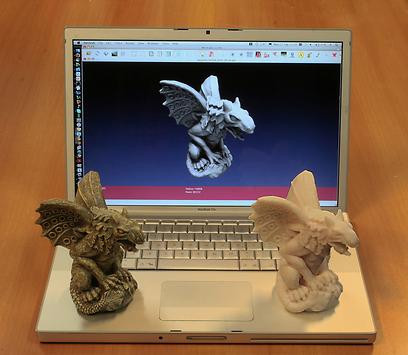 אובייקט מקורי (שמאל) והעתק שנוצר באמצעות סורק ומדפסת תלת-מימד.  ()