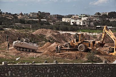 צבא מצרים הורס מנהרות הברחה לרצועת עזה (צילום: EPA) (צילום: EPA)