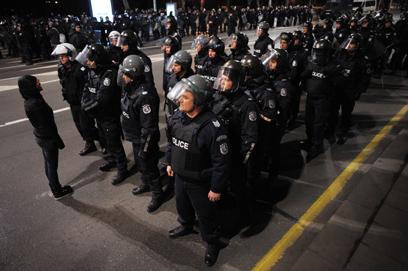 שוטרים ירו גז מדמיע לעבר מפגינים. סופיה (צילום: AFP) (צילום: AFP)