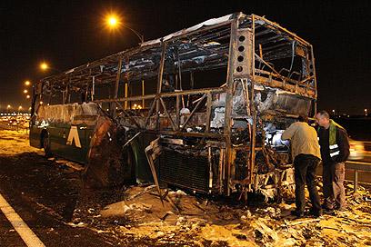 האוטובוס שנשרף בכביש 1 (צילום: עופר עמרם) (צילום: עופר עמרם)