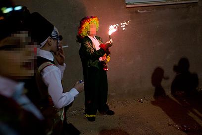 החגיגות בבני ברק. תחפושות ונפצים  (צילום: AP) (צילום: AP)