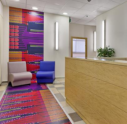 """""""שטיח"""" בכניסה למשרדי חברת סטארט-אפ עם צילום צ'יפ בהגדלה (צילום: קטיה לין) (צילום: קטיה לין)"""